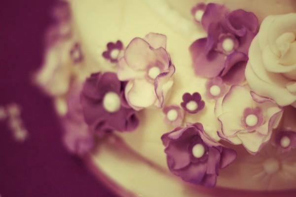 Flores decorando una tarta