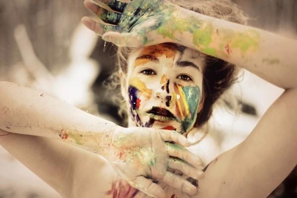 Chica con pintura en los brazos y el rostro