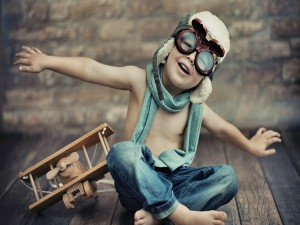 Postal: Niño soñando con ser piloto