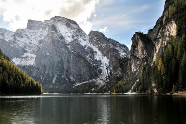 Impresionantes montañas junto a un lago