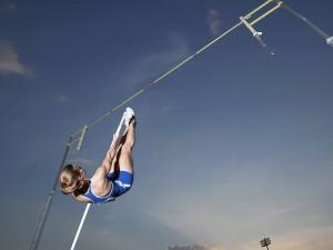 Postal: Mujer ejecutando un salto con pértiga