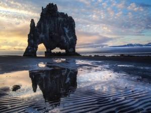 Postal: Gran formación rocosa en una playa