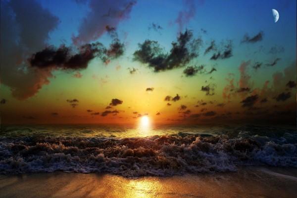 El sol y la luna sobre una playa