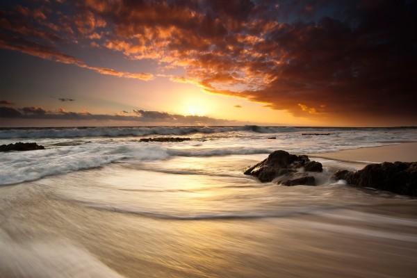 Hermosa playa vista al amanecer