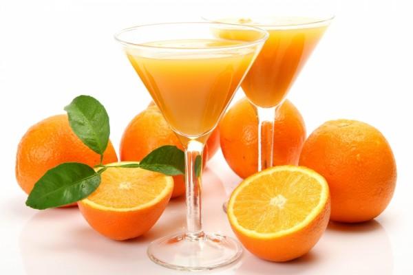 Dos copas de cóctel con zumo de naranja