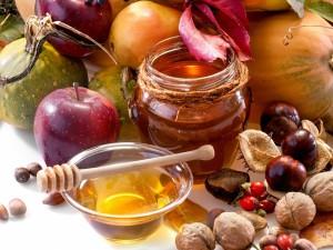 Frutas, frutos secos otoñales y miel