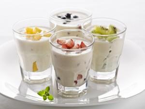 Postal: Vasos con yogur y frutas