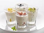 Vasos con yogur y frutas
