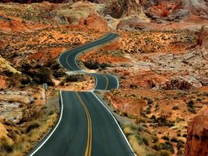 Postal: Carretera en un paisaje rocoso