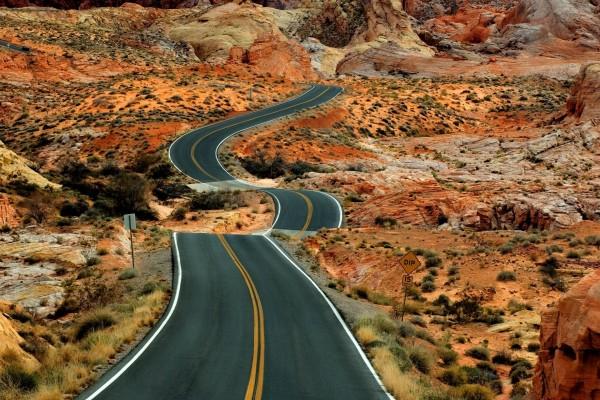 Carretera en un paisaje rocoso