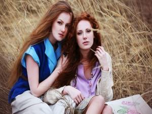 Dos chicas sentadas entre espigas