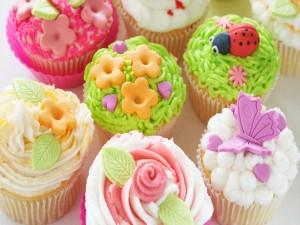 Postal: Bonitos cupcakes con motivos primaverales