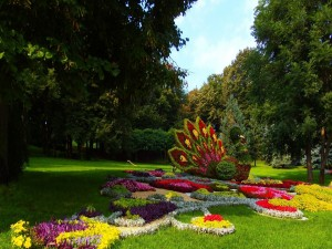 Pavo real adornado con flores en un jardín