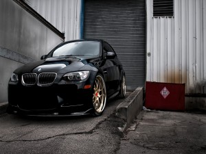 Postal: Un BMW en la puerta de un almacén