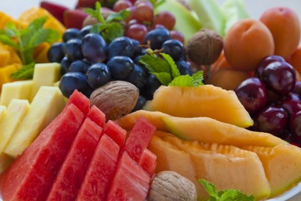 Piezas de ricas y jugosas frutas