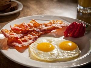 Huevos, beicon y una fresa