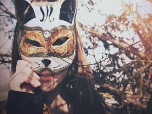 Chica con una bonita máscara de gato para carnaval