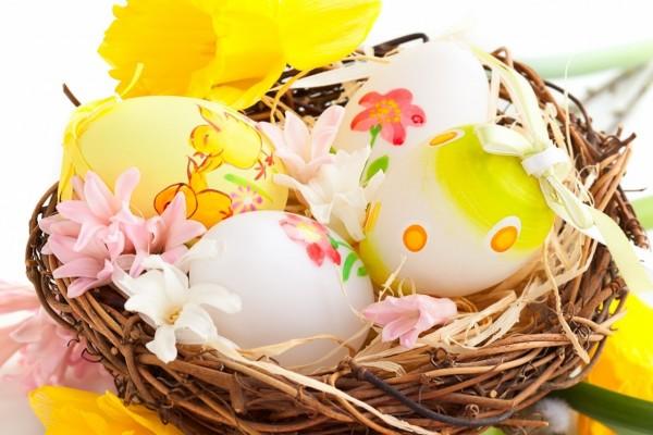 Coloridos huevos de Pascua en un nido