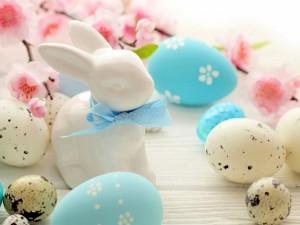 Conejito junto a unos huevos de Pascua