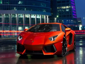 Lamborghini naranja en la noche de una ciudad