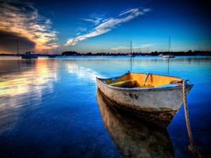 Barca de pesca reflejada en el agua
