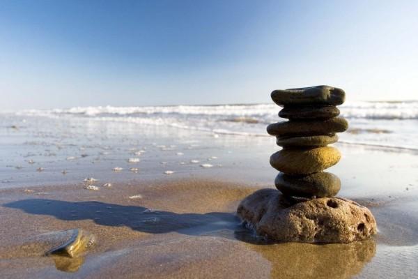 Torre zen en la orilla del mar
