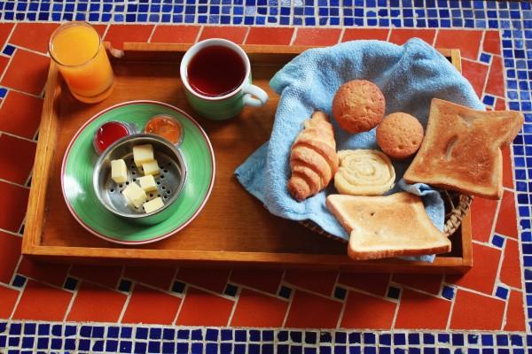 Té y zumo para desayunar