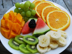 Postal: Plato con varios tipos de frutas