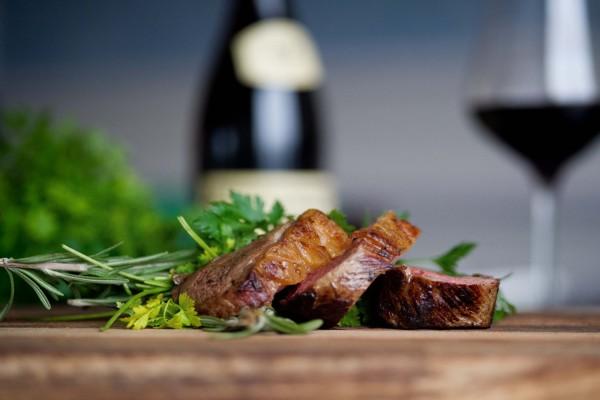 Perejil y romero junto a unos pedazos de carne asada
