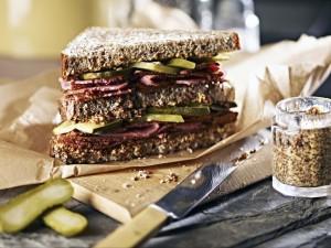 Sándwich con carne, mostaza y pepinillos