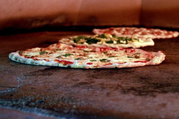 Pizzas en un horno de piedra