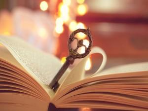 Postal: Llave sobre un libro