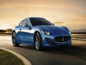Maserati GranTurismo Sport circulando por una carretera