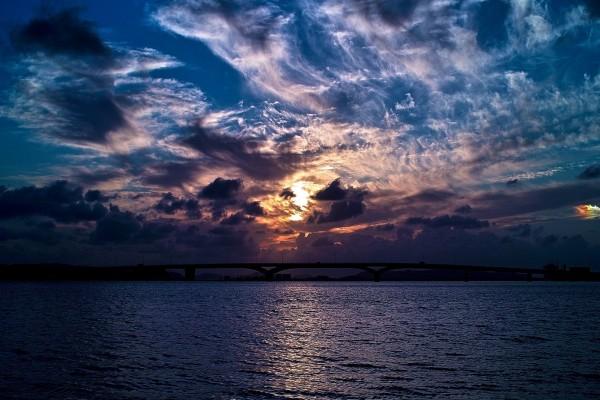 Cielo pintado de nubes al amanecer