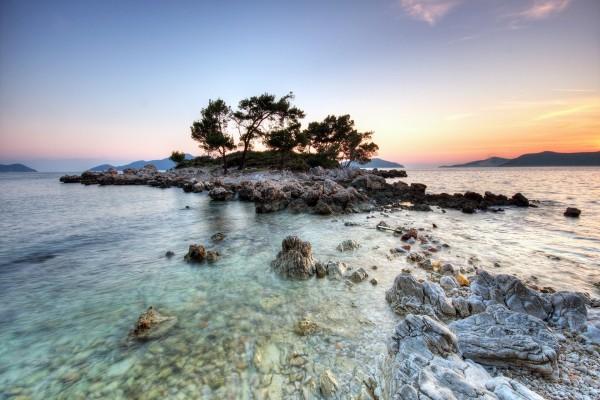 Pequeña isla rodeada de piedras