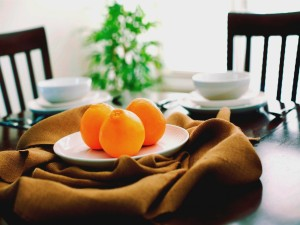 Postal: Tres naranjas en un plato
