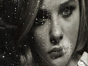 Chloë Grace Moretz contemplando la lluvia