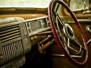 Volante e interior de un antiguo coche