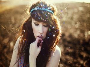Confetis de colores sobre el cabello de una chica