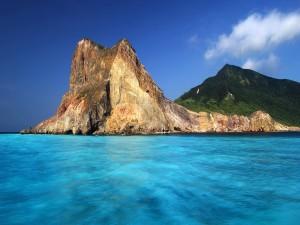 Peñón rocoso junto al mar