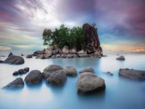 Postal: Rocas y piedras formando una isla en el mar
