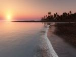Hermoso amanecer en una playa tropical