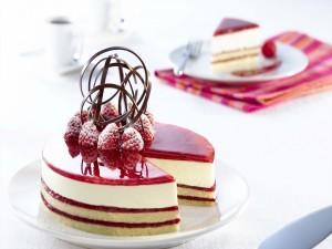 Original decoración en una tarta de queso y frambuesa