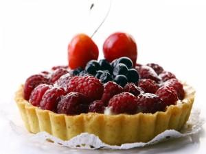 Tarta con frambuesas, arándanos y cerezas