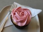 Cupcake decorado con una rosa de crema