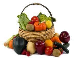 Postal: Frutas y verduras dentro y fuera de una cesta
