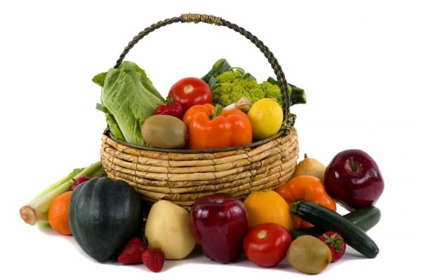 Frutas y verduras dentro y fuera de una cesta