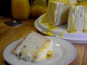 Postal: Un angel cake cubierto de una salsa de fruta de la pasión