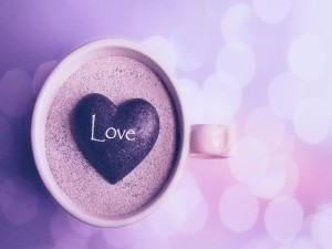 Postal: Piedra en forma de corazón dentro de una taza