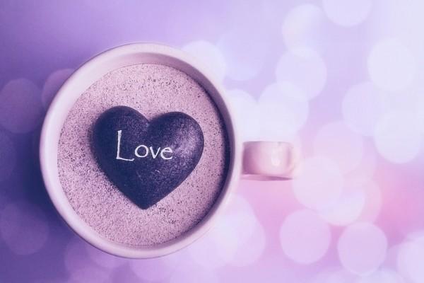 Piedra en forma de corazón dentro de una taza